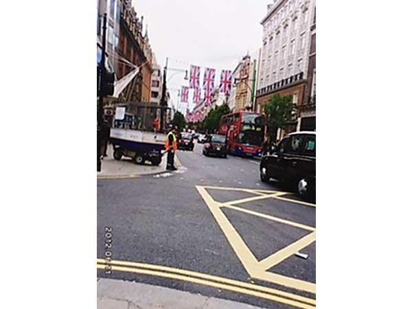 ロンドン市内では大きな英国国旗があちこちに垂れ下がっていました。