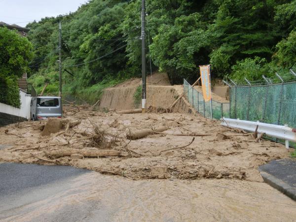土砂でふさがれた道路