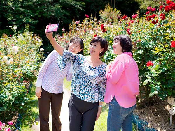 鎌倉ガイドの村田江里子さんと旅好きの女性2人が、花王 リリーフをはいて鎌倉へ