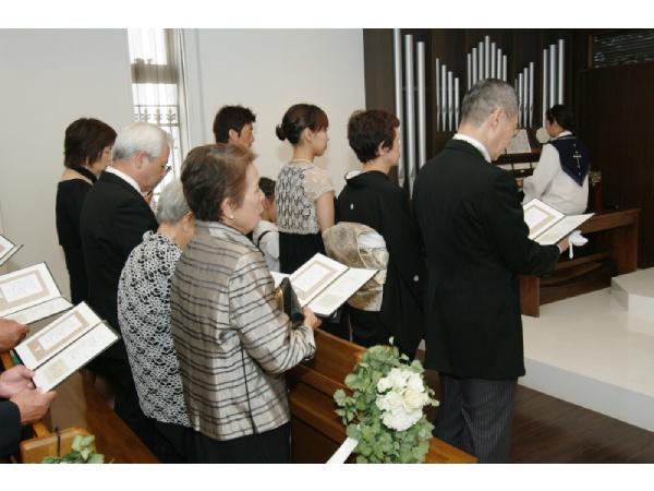 チャペルでの洋装の結婚式