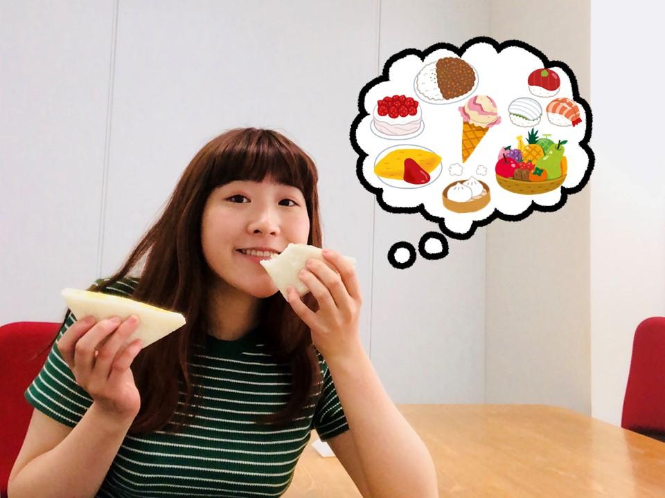 サンドイッチを食べる藤波友梨