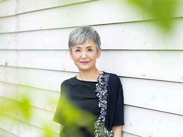 ショートのグレイヘアがすてきな西尾昌子さん58歳
