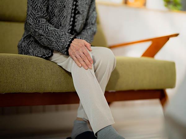 足が細いシニア女性