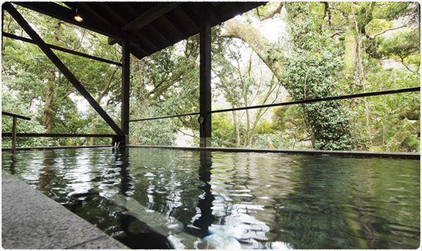 風景を楽しみながらゆったりとお湯につかれる箱根湯寮