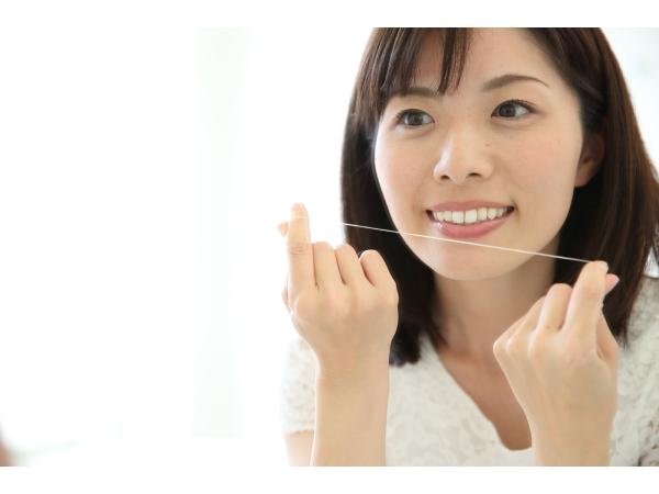 歯と歯の間の黄ばみを防ぐデンタルフロスの使い方