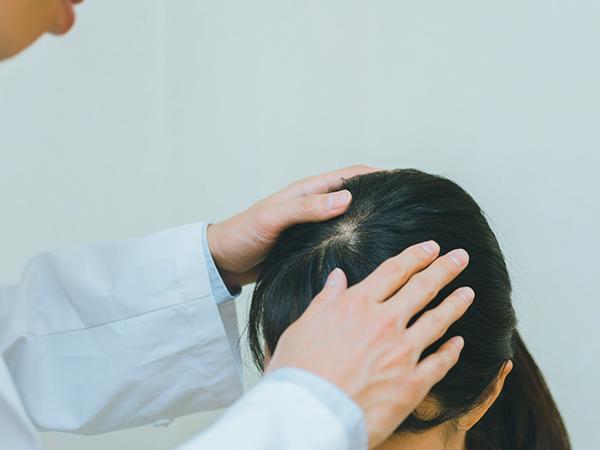 薄毛に悩む女性が病院を訪れる
