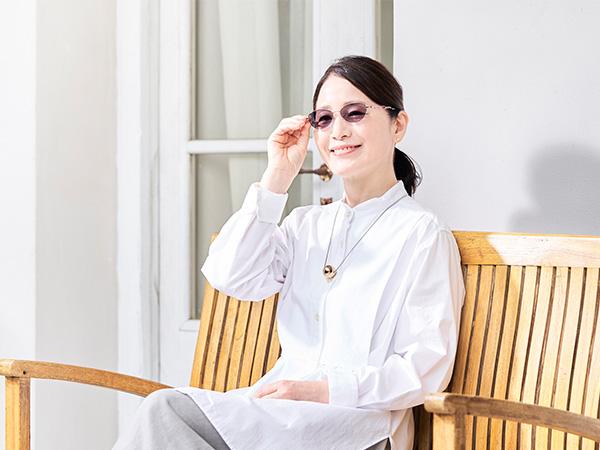 調光レンズのメガネなら、室内も屋外もコレ1本でラクチン!