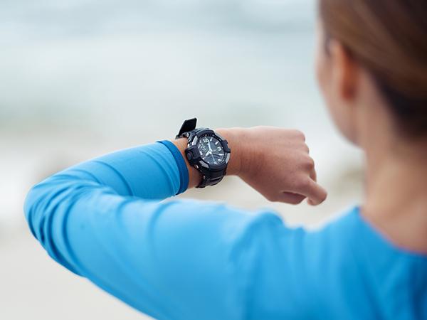 ウォーキング中に時計を見る女性