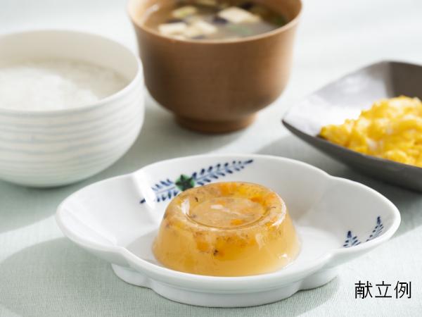 写真中央(手前)は、『バランス献立 なだ万監修』の『鯛と野菜の煮こごり』。いつもの食事に簡単にプラスでき、彩りも良い食卓に。