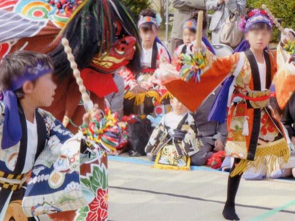 演目「佐々良」。作った衣装で孫(右)がお祭りに出ました。