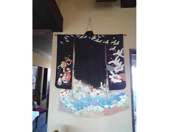 田園風景に立つ薪ストーブのある喫茶店「月田」