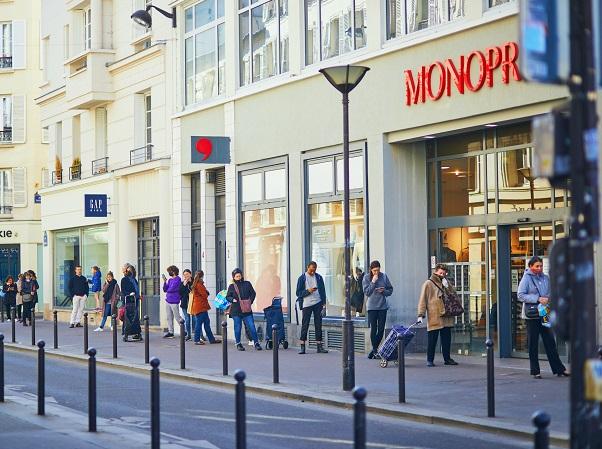 コロナ禍で外出制限中のフランス・パリ。スーパーの入店前の行列も、1m間隔を守れるようにスタッフが頻繁に見回ります