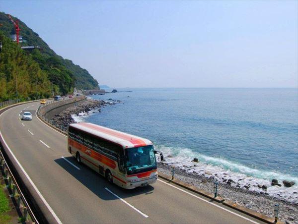 海沿いを走るバスの旅