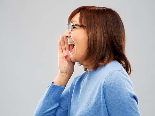 口腔ケアを行っている健康な女性