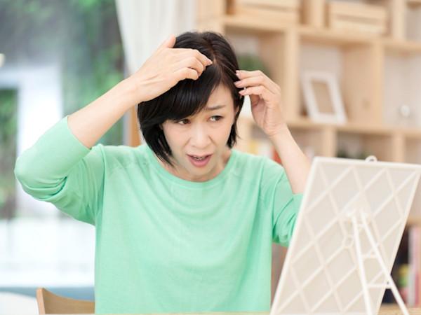 白髪を黒髪に戻す方法はある?食事とセルフケアで予防