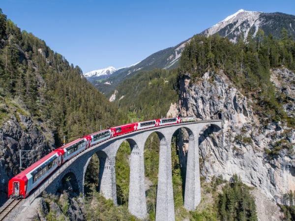 豪華列車「氷河特急」でスイスの世界遺産を横断する
