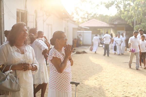 寺院内のいたる所で祈りが捧げられる。腕にはピリットが巻かれている