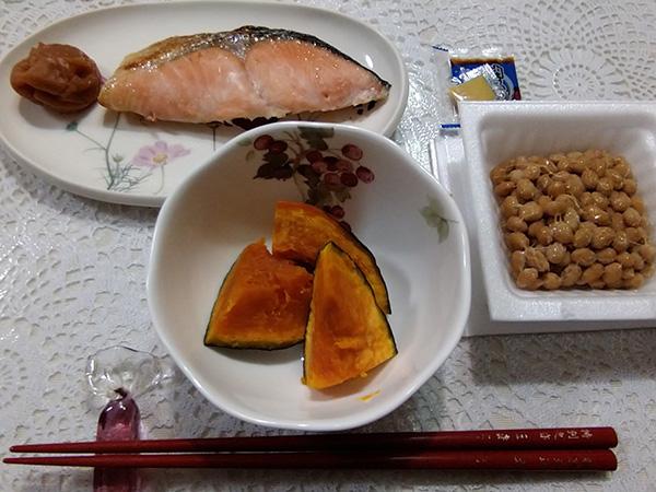 夕食は、鮭、納豆、蒸しカボチャ(味付けはしません)