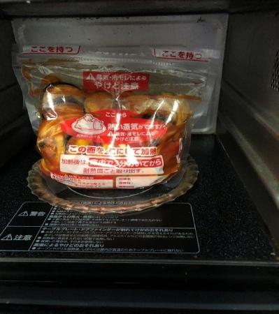 圧力バッグに野菜と調味料を入れて、なじませます