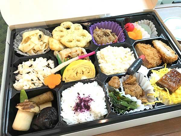 車内で販売されている松浦商店の「しまかぜ弁当」