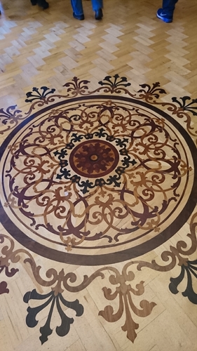 美しい寄木細工の床。
