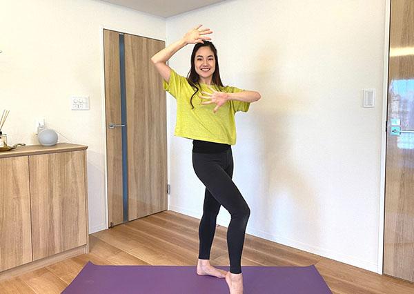 【中級】ベリーダンス風に腰を振りながら、手をグーパー運動!