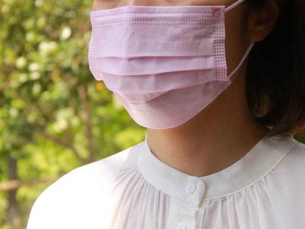 新見さんが「それどこの?」とよく聞かれ、褒められることが多いというサーモンピンクの不織布マスク