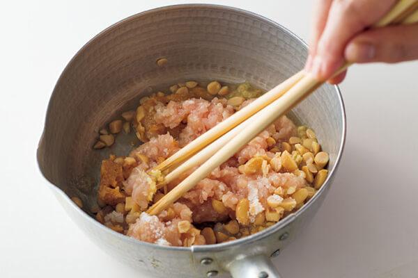 箸を3~4本使い、ひき肉に味をなじませて火にかけると硬くなりません。