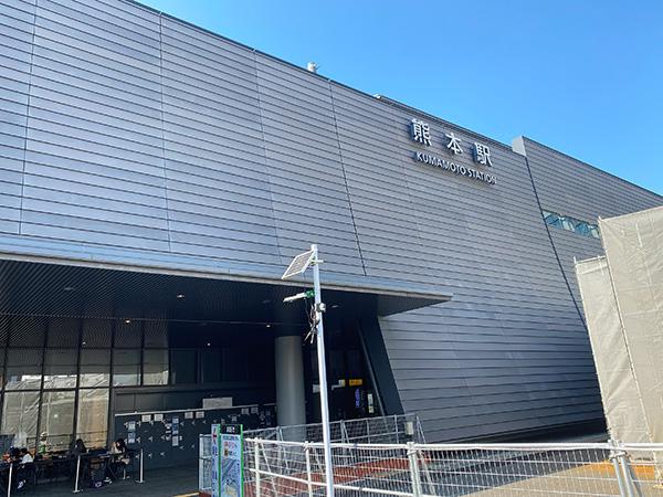 熊本駅。昨年3月に完成した安藤忠雄さん設計の在来線駅舎側