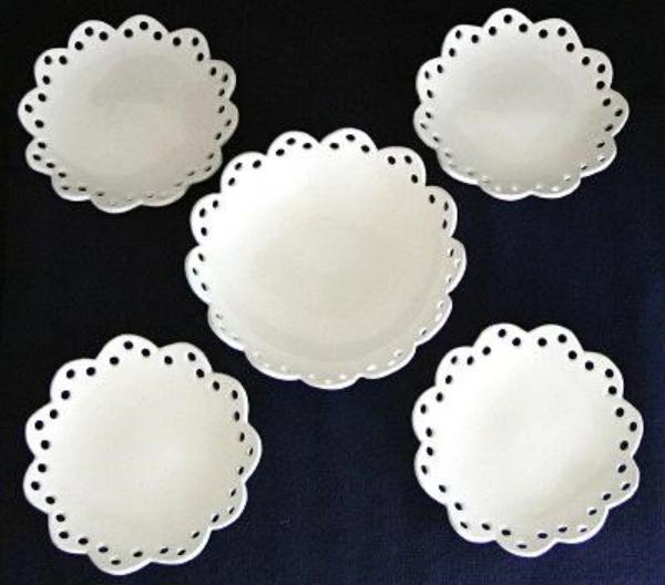 レース模様の白いお皿