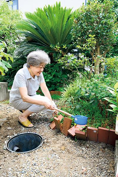 庭に雨水を貯めるマスを設置。水まきや、趣味の染め物に利用して節水!