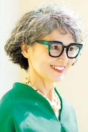 70代ファッション:グレイヘアがチャームポイント