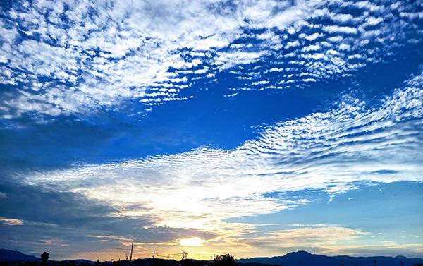 うろこ雲広がる秋の夕暮