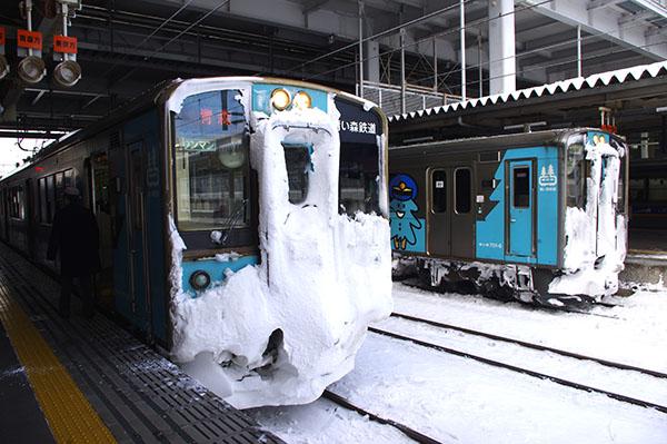 青い森鉄道。車両の顔には雪がびっしり