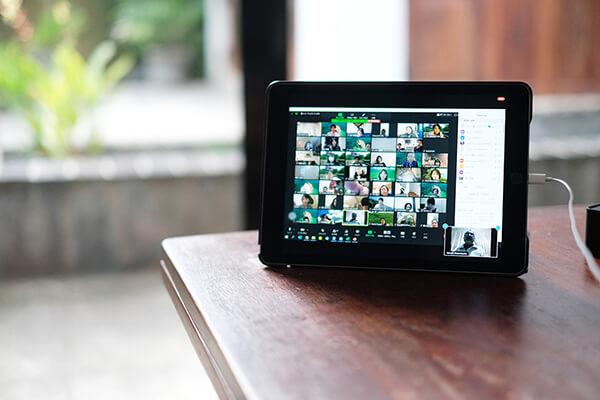 スマートフォンやタブレットでアプリをダウンロードして参加できます