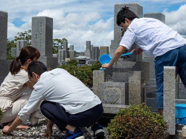 お墓をきれいに掃除するコツ