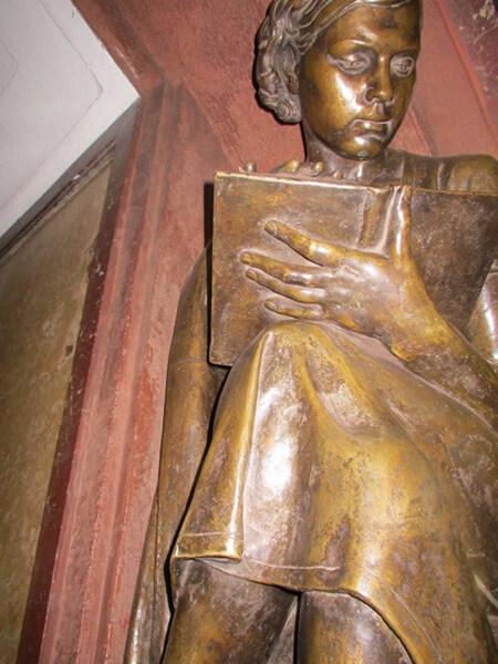 地下鉄の駅入り口と駅構内の彫像