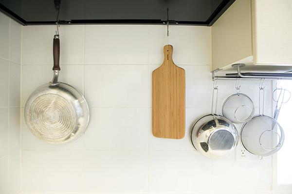 調理道具はガスコンロ前に吊るす