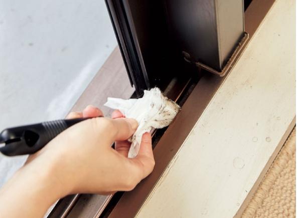 手順2.汚れているサッシの隅を重点的に、傷つけないように優しく拭きます。