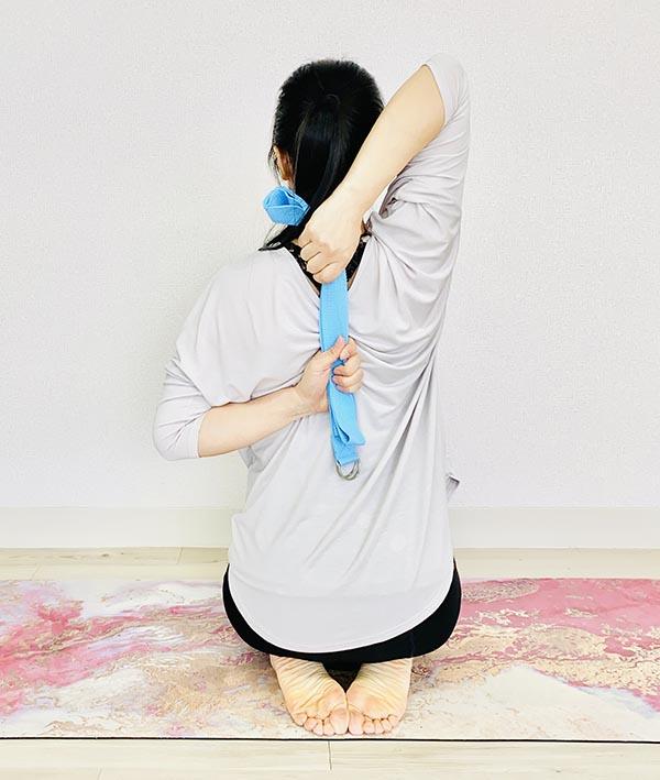 手が届かないときは、タオルやベルトを使いましょう。