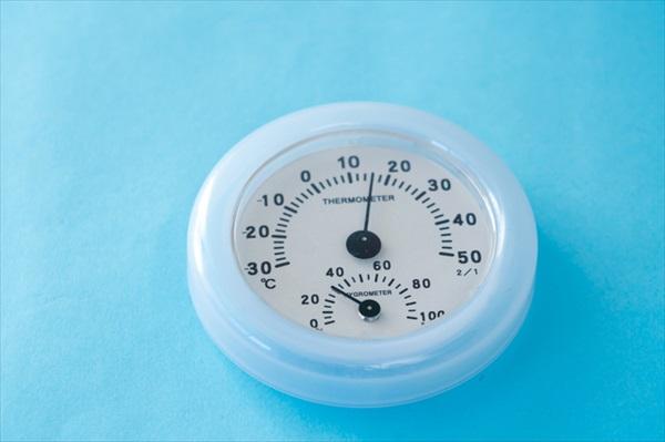 気温と湿度の高い室外、路面からも跳ね返る紫外線、冷えて乾燥した室内。夏場の過酷な環境から肌を守ってくれるのがメイクです。  h3:日焼け止め 乾燥肌を加速させる紫外線をカットするためにも、日焼け止めは必須です。ただし、SPF値の高い日焼け止めは肌への負担も大きいので、肌の乾燥を感じている人はSPF30くらいのものを使うと良いでしょう。  メイクをする場合の保湿対策は、事前のスキンケアとファンデーションで対応できるため、日焼け止めに関しては保湿よりも、肌への刺激や好みのテクスチャーで選んでも大丈夫です。  また、メイクをせずに過ごす場合は、「洗顔料」の項目で紹介したような洗顔時のことを考えた機能の日焼け止めを選んでください。日焼け止めの代わりに、SPF機能のある化粧下地を使用するのも良さそうです。  h3:ファンデーション 最近の日焼け止めは、化粧下地の機能を備えたものが多く販売されていますが、ファンデーションとの相性を考えると、日焼け止めの後に化粧下地を付けてから、ファンデーションを重ね付けします。  このときに、保湿成分を配合した化粧下地と、保湿効果の高いファンデーションを重ねると、肌質によってはテカリが出てしまったり、化粧崩れしやすくなる可能性があります。  いくつか試してみて、自分の肌に合ったものを選びましょう。ファンデーションだけで考えるなら、保湿力の高いクリームタイプがおすすめです。  h3:日中の保湿 エアコンの効いた室内に長時間いるなどして顔の乾燥を感じたら、メイクの上から水分を追加し、保湿できるアイテムを使いましょう。  一般的なのは化粧水のミストですが、オイルや保湿成分が配合されていないものを使用すると、水分が蒸発するときにさらに肌の水分を奪ってしまいかねません。オイルミストや、保湿成分が配合されているものを選びましょう。  また、目元や口元・頬などのポイントで乾燥を感じるなら、乳液やメイクの上からでも使える美容オイル、スティックタイプの保湿アイテムで保湿します。  h2:乾燥対策に活用したい便利アイテム