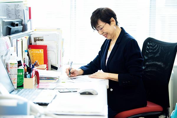 デスクワークをする菊池和子さん