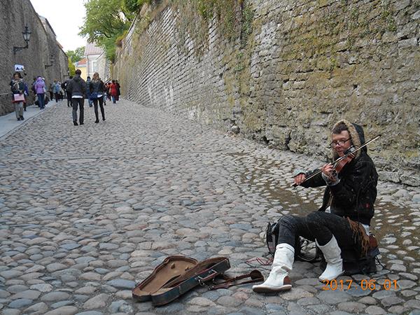 トームペア城の城壁と石畳とストリートミュージシャン