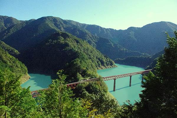 定番の写真スポットから奥大井湖上駅を撮る