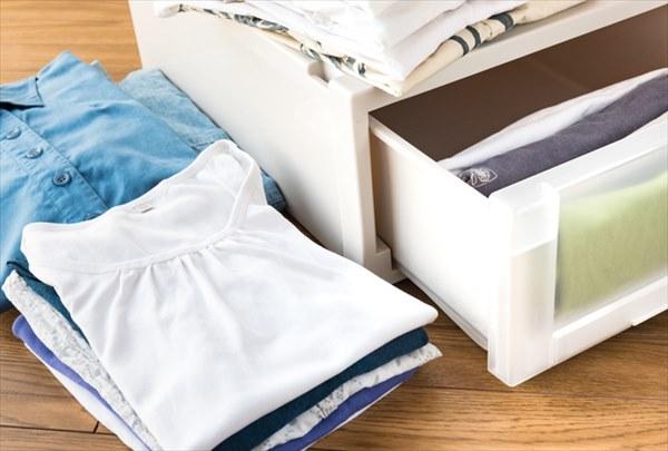 クローゼット下のスペースは衣装ケースで空間を活かす