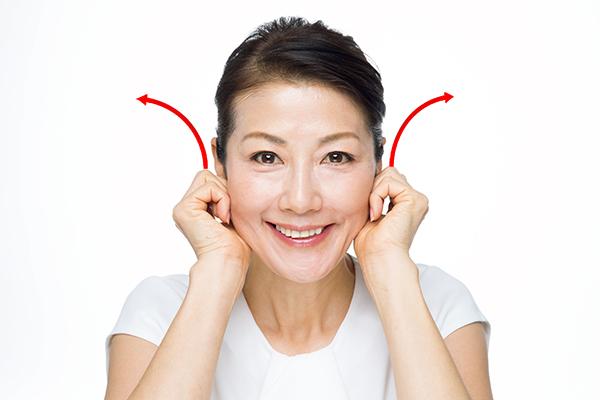 耳たぶのつけ根を軽く持ち、後ろにクルクルと回す。(8回×2セット)
