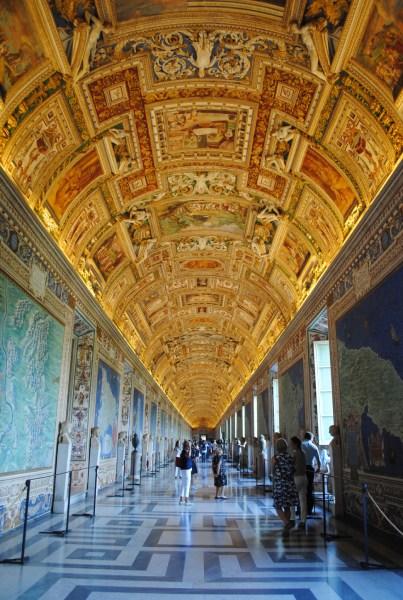 美しい回廊が続く館内