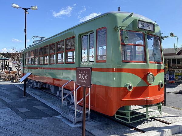 駅前広場に静態保存されている日光軌道の車両