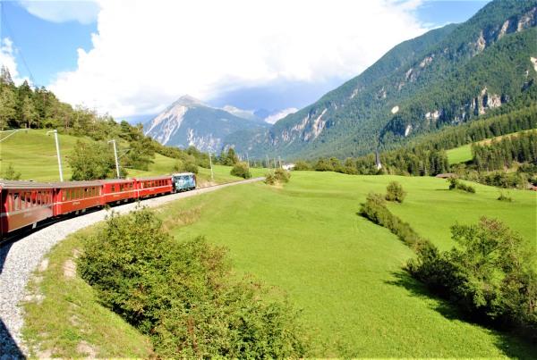 窓を開けて、スイスの景観を撮影!