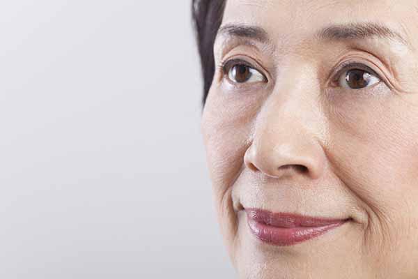 目の下のたるみを化粧品で改善する方法